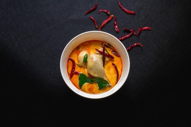 Куриный кокосовый суп острый, тайский кокосовый красный карри.