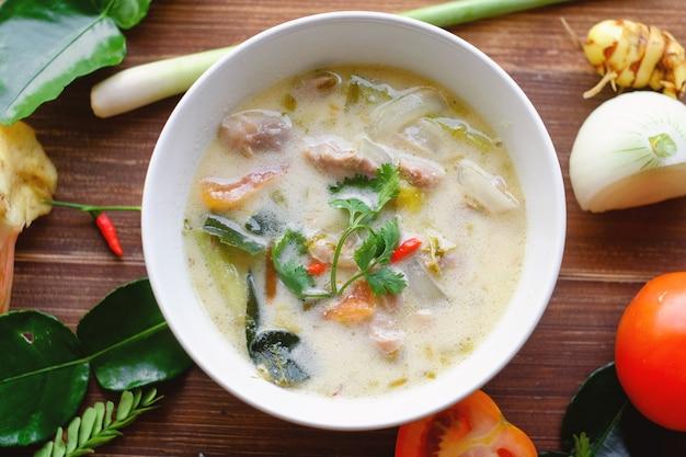 チキンココナッツスープ(トムカーガイ)。タイ料理