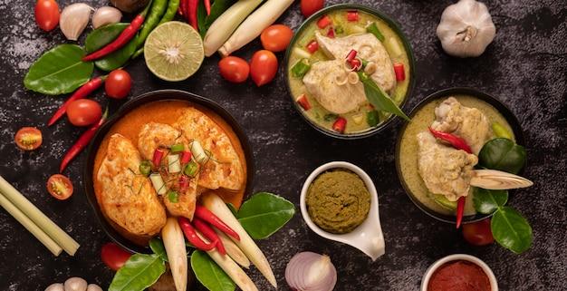 Pollo al curry in una ciotola con citronella, foglie di lime kaffir, pomodori, limone e aglio