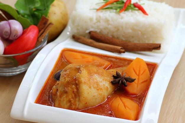 쌀과 젓가락을 곁들인 치킨 카레
