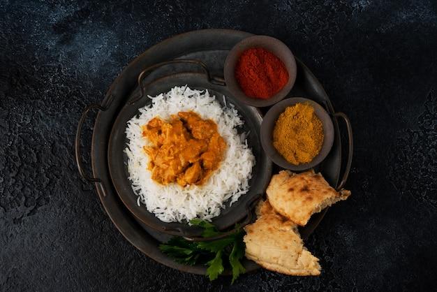 Куриное карри с рисом и специями - традиционное популярное индийское блюдо