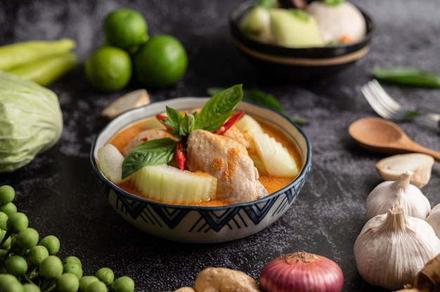 겨울 멜론과 버섯, 마늘, 고추, 바질을 곁들인 치킨 카레