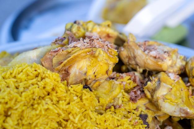 태국 거리 시장에서 판매되는 노란 쌀을 곁들인 치킨 카레가 닫힙니다.