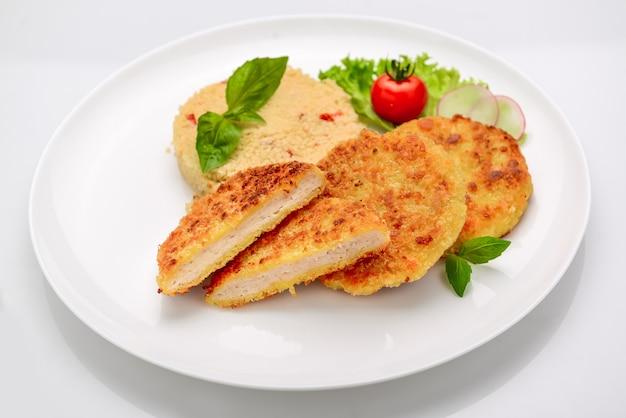 흰색 배경에 bulgur와 반죽에 치킨 돈까스