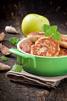 Chicken cutlets with apple and mint