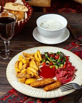 Куриные котлеты с жареным картофелем и салатом