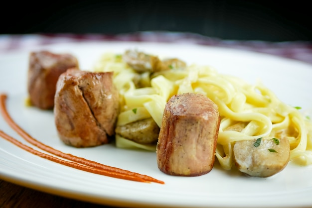 Куриное блюдо на столике в ресторане