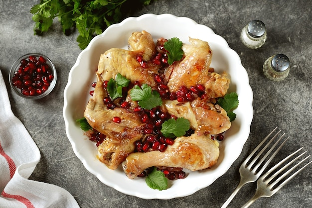 Chicken dish with onions, pomegranate and coriander seeds in white wine