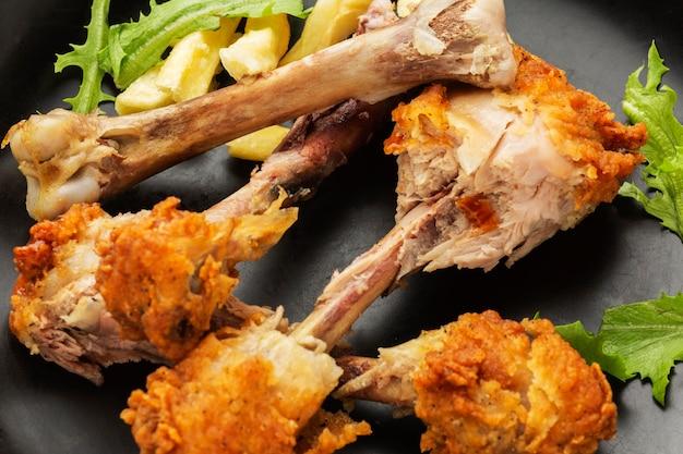 Avanzi di cosce di pollo con insalata