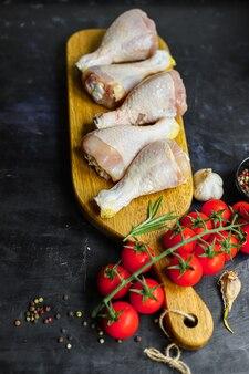 테이블 건강한 식사에 먹을 준비가 요리를위한 닭고기 나지만 생고기