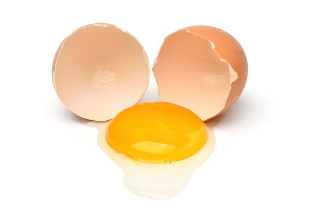 白で隔離される卵黄と鶏の卵