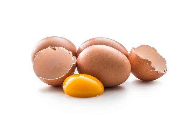 鶏卵と卵黄が白い背景で隔離の壊れた卵。