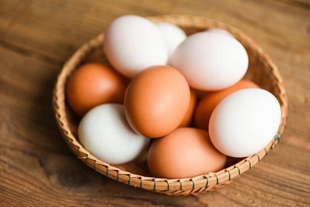 鶏卵とアヒルの卵は、バスケットに自然に含まれる農産物から集められます