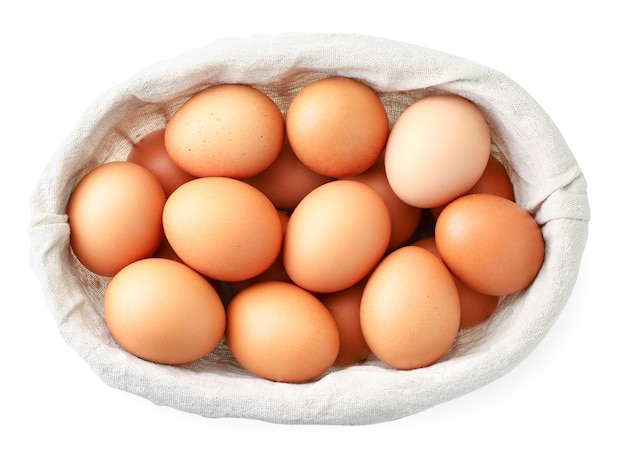 白のバスケットに鶏の卵。