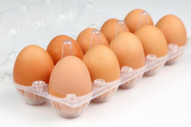 흰색 상자에 닭고기 달걀