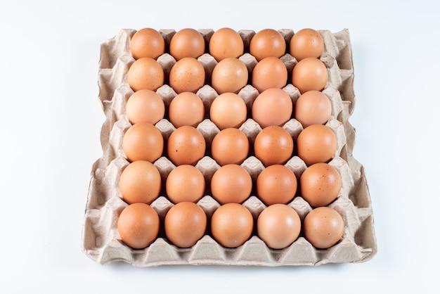 カートンボックスに鶏の卵