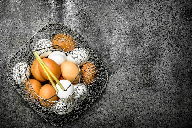 メッシュバッグに入った鶏卵。
