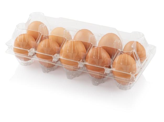 白い背景、クリッピングパスに分離されたプラスチック容器内の鶏卵