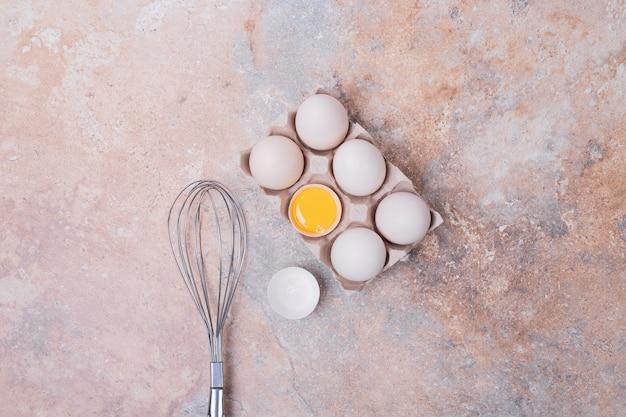 수염과 용기에 닭고기 달걀.
