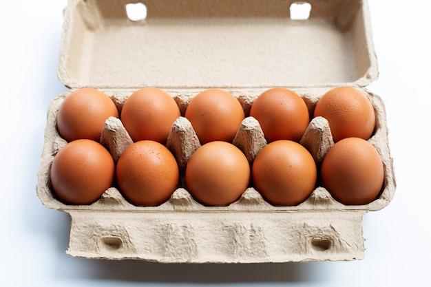 白の卵ボックスに鶏の卵