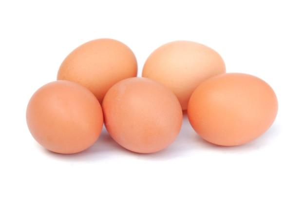 흰 배경에 고립 된 닭고기 달걀