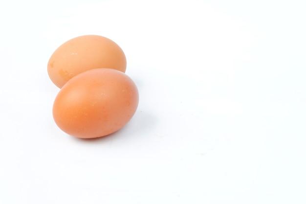 白い背景で隔離の鶏卵