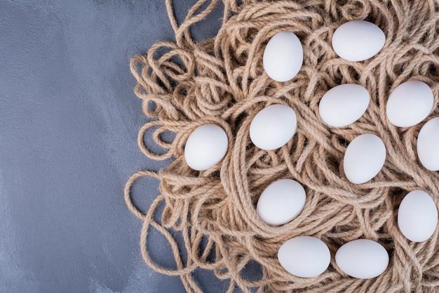 Uova di gallina isolate su filo rustico.