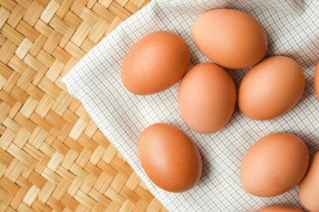 Куриные яйца лежат на белой клетчатой ткани. продовольственная концепция для похудения