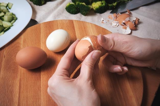 まな板の上の鶏卵
