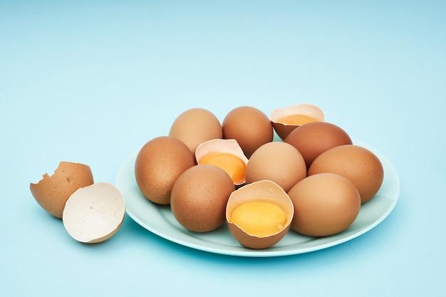 皿、皿に鶏の卵。食品、食品中のタンパク質。