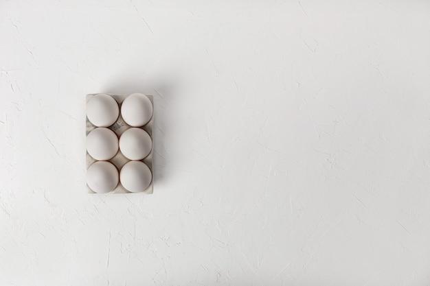 Куриные яйца на белом фоне. вид сверху. copyspace