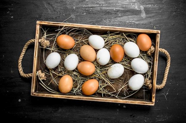 木製トレイの鶏卵。