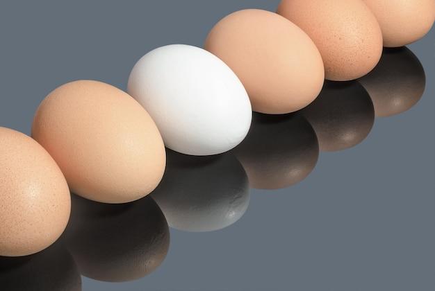 灰色の表面の鶏卵食べ物と料理