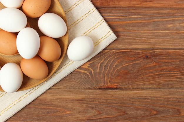 Куриные яйца на столе продукты фермы натуральные яйца