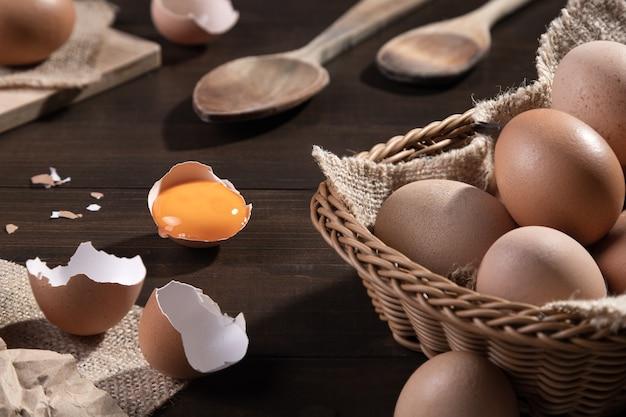 Куриные яйца на деревянных фоне. фермерские продукты, яйца натуральные.
