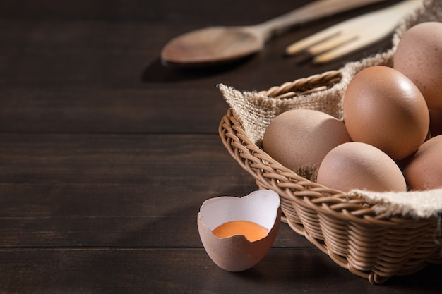 Куриные яйца на деревянных фоне с copyspace. фермерские продукты, яйца натуральные.