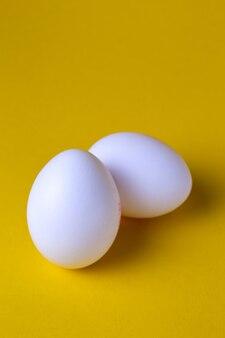 Куриные яйца на желтом фоне