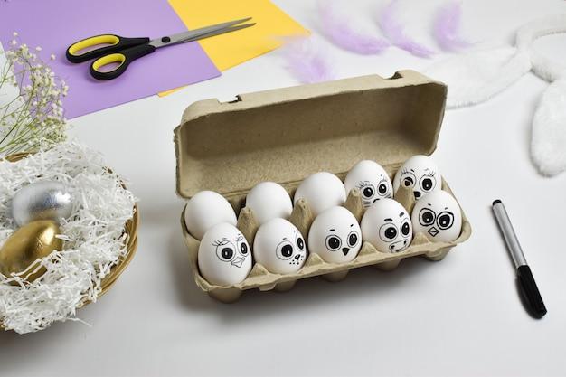 動物の顔で描かれた鶏の卵。イースター。アート。