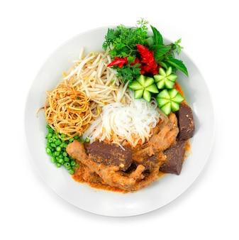 鶏の足ココナッツミルクスープのレッドカレー発酵ライスヌードルが野菜を飾るタイストリートフードフュージョンスタイルのトップビュー