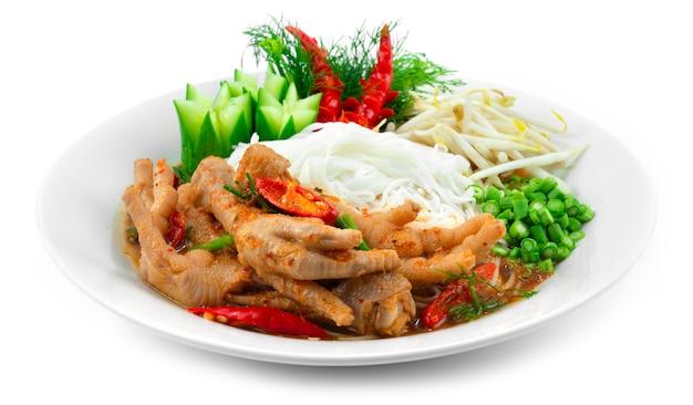 鶏の足スパイシーなレッドカレー春のスープと発酵ライスヌードルが野菜を提供タイのストリートフードフュージョンスタイルのサイドビュー