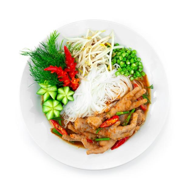 鶏の足スパイシーなレッドカレー春のスープと発酵ライスヌードルが野菜を提供タイのストリートフードフュージョンスタイルのトップビュー