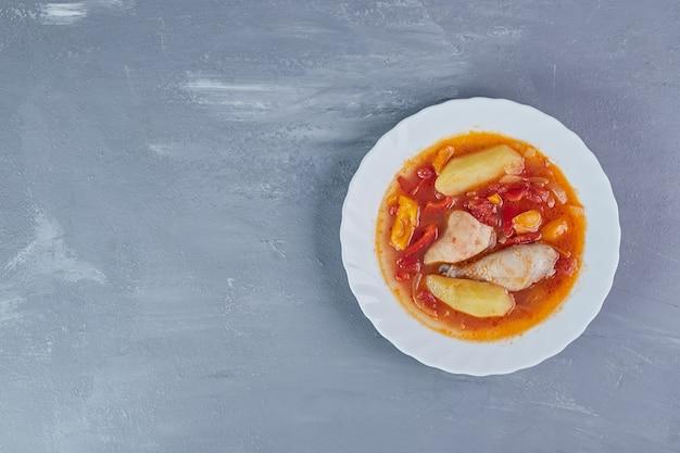 トマトソースのチキンフィレスープ、上面図。
