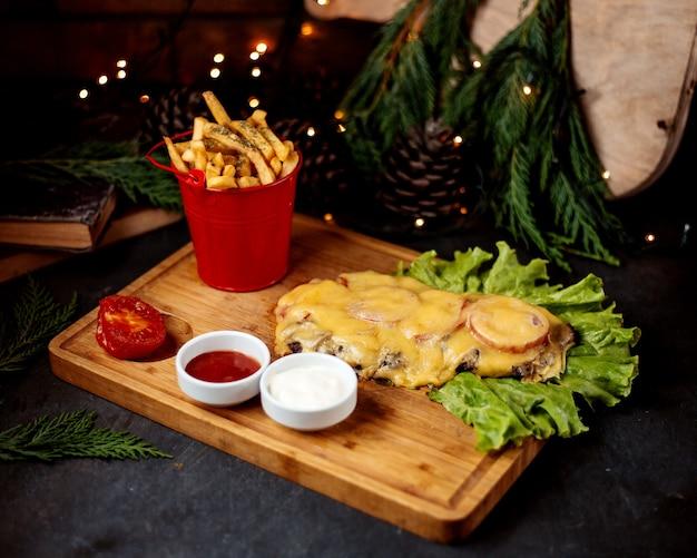 Filetto di pollo condito con funghi e formaggio