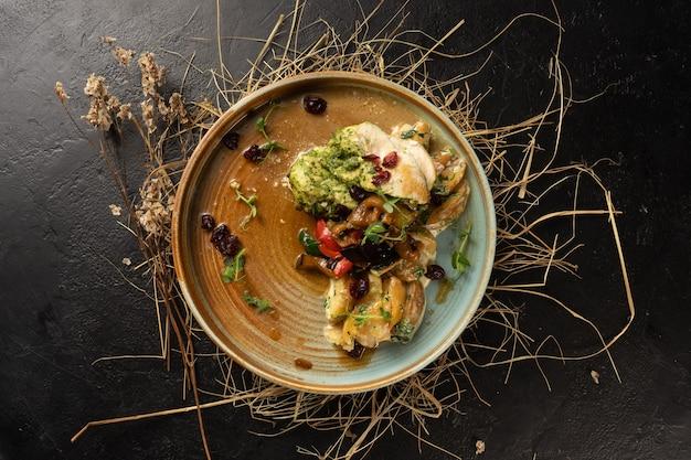 Куриное филе с запеченными дольками картофеля и овощами гриль. горячее блюдо из курицы и овощей