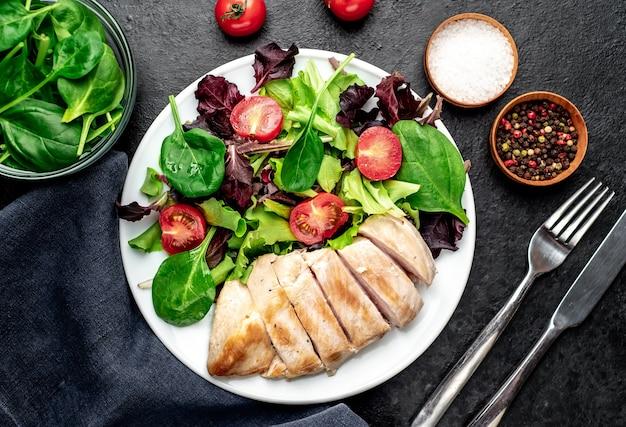Куриное филе с салатом и шпинатом здоровая пища на каменном столе