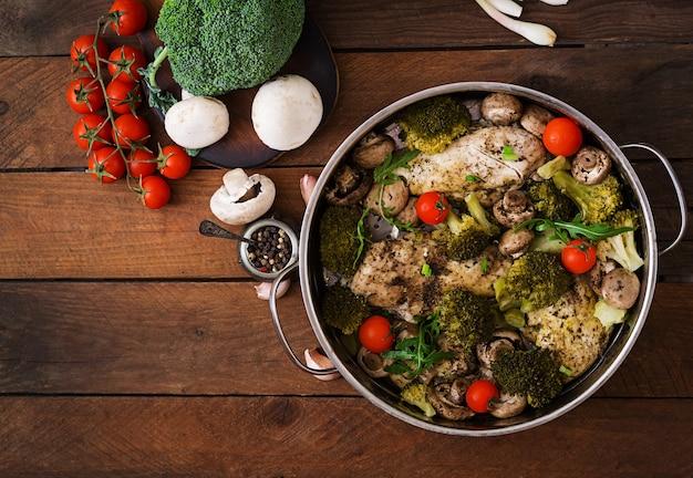 鶏ムネ肉の野菜蒸し。食事メニュー。適切な栄養。上面図