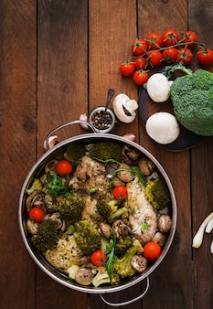 Куриное филе с овощами на пару. диетическое меню. правильное питание. вид сверху