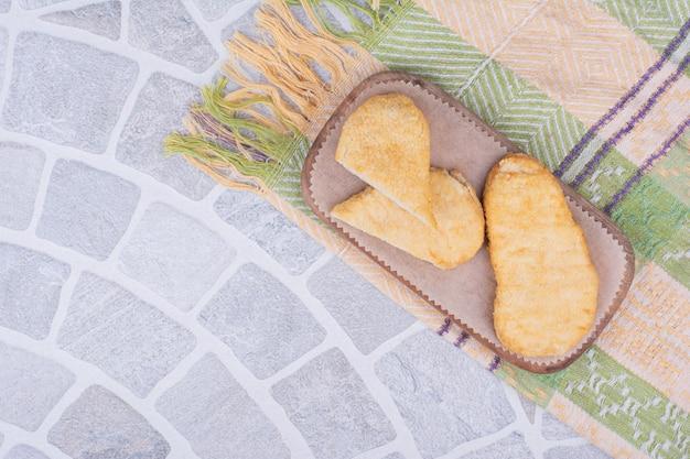 Pepite di pollo e pesce su una tavola di legno