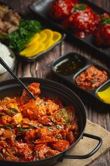 매콤한 소스를 곁들인 한국식 전골 튀김