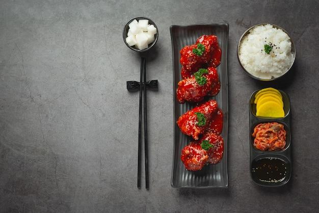 한국식 매콤한 소스에 튀긴 치킨